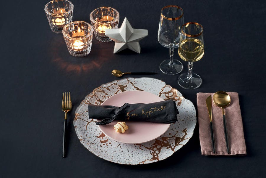 Decoration de table de noel sur nappe noir