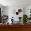 Un salon mix and match dans un appartement haussmannien